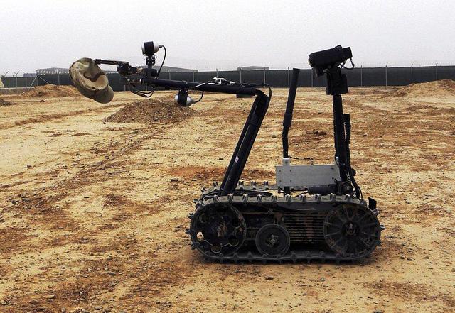 Robot in desert 640x441